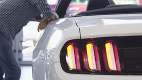 Stäng sig upp av billjus som exponerar på en ny cabriolet royaltyfri bild