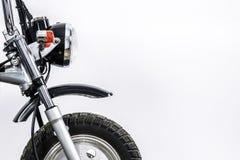 Stäng sig upp av billyktan och framhjulet på tappningmotorcykeln Cus royaltyfri foto