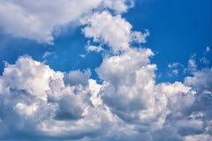 Stäng sig upp av blå himmel med vita fluffiga moln royaltyfria bilder