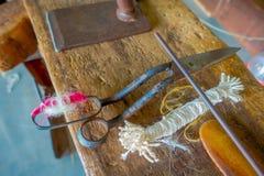 Stäng sig upp av blandade material, whool och sax för att arbeta på för ullsjal för vävstol fabriks- kläder i Nepal Royaltyfria Bilder