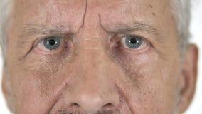 Stäng sig upp av blinkaögon av gamala mannen lager videofilmer