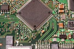 Stäng sig upp av bräde för elektronisk strömkrets med mikrochipens Royaltyfri Fotografi