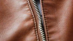 Stäng sig upp av bruna läderomslag med en blixtlås på den 4K Pan Shot lager videofilmer
