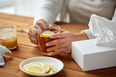 Stäng sig upp av dåligt kvinnan som dricker te med citronen Royaltyfri Fotografi
