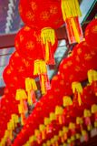 Stäng sig upp av dekorativa lyktor spridda runt om kineskvarteret, Singapore Nytt år för Kina ` s År av hunden Tagna foto Royaltyfri Bild