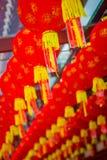Stäng sig upp av dekorativa lyktor spridda runt om kineskvarteret, Singapore Nytt år för Kina ` s År av hunden Tagna foto Royaltyfria Bilder