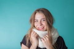 Stäng sig upp av den bärande halsduken för den unga kvinnan på mintkaramellbakgrund Mode och moderiktigt arkivbild