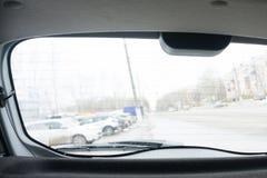 Stäng sig upp av den bakre det vindrutetorkarearmen och bladet på solen blekte blåa tappningmotorfordonet Royaltyfria Foton