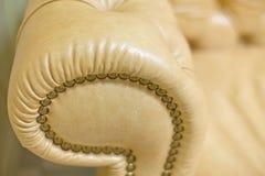 Stäng sig upp av den bruna fåtöljen för möblemangbakgrund Royaltyfria Bilder