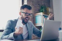 Stäng sig upp av den frustrerade brunetten uppsökt stilfull entreprenör i gr Arkivfoto