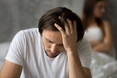 Stäng sig upp av den frustrerade maken som betraktar förhållandeproblem royaltyfri fotografi