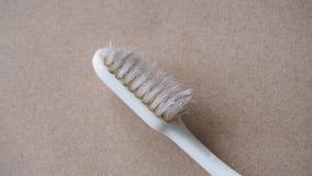 Stäng sig upp av den gamla använda tandborsten på brunt papper Royaltyfri Bild