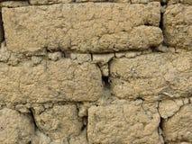 Stäng sig upp av den gamla leramurverkväggen Vägglerategelstenar och sprickor som är passande för lantlig retro stilbakgrund royaltyfri bild