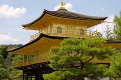 Stäng sig upp av den guld- Pavillon Kinkaku-ji templet av Kyoto, Japan arkivbild