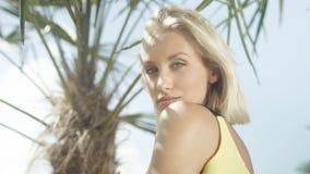 Stäng sig upp av den härliga caucasian flickan som poserar på den tropiska stranden Royaltyfri Foto