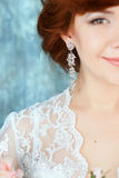 Stäng sig upp av den härliga kvinnan som bär skinande diamantörhängen Royaltyfri Fotografi