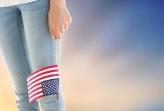 Stäng sig upp av den hållande amerikanska flaggan för kvinnan i hand Royaltyfria Bilder