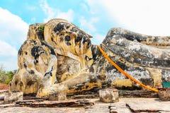 Stäng sig upp av den head vilaBuddha på Wat Lokayasutharam i Ayutthaya, Thailand Royaltyfri Bild
