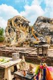 Stäng sig upp av den head vilaBuddha på Wat Lokayasutharam i Ayutthaya, Thailand Arkivfoton