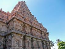 Stäng sig upp av den invecklade detaljen på väggarna av en hinduisk tempel arkivfoto