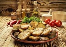 Stäng sig upp av den kokheta bakade potatisen, det bakade varma bredde smör på omslaget Royaltyfria Bilder