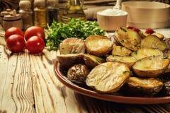 Stäng sig upp av den kokheta bakade potatisen, det bakade varma bredde smör på omslaget Royaltyfri Fotografi