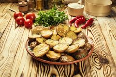 Stäng sig upp av den kokheta bakade potatisen, det bakade varma bredde smör på omslaget Arkivbilder