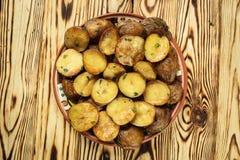 Stäng sig upp av den kokheta bakade potatisen, det bakade varma bredde smör på omslaget Royaltyfri Foto