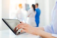 Stäng sig upp av den kvinnliga medicinska arbetaren som använder minnestavladatoren Royaltyfria Foton