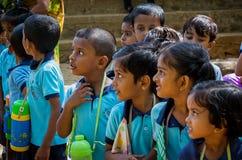 Stäng sig upp av den lilla gruppen av srilankesiska skolbarn som stirrar av kameran som tas i Sri Lanka royaltyfri fotografi