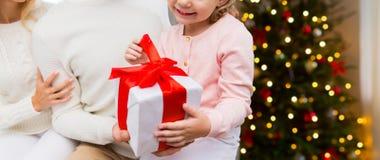 Stäng sig upp av den lyckliga familjen med julgåvan royaltyfri bild