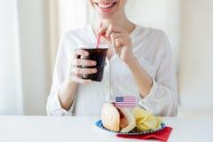 Stäng sig upp av den lyckliga kvinnan som dricker cocaen - cola Arkivfoto