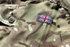 Stäng sig upp av den militära likformign för UK med den fackliga flaggan Arkivbilder