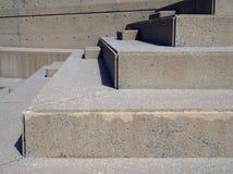 Stäng sig upp av den moderna utomhus- vinkelformiga konkreta trappan med geometriska former i ljust solljus Royaltyfri Bild