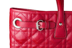 Stäng sig upp av den röda läderhandväskan för kvinnan med silverbältebucklan Arkivbilder