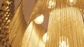 Stäng sig upp av den stora guld- ljuskronan lager videofilmer