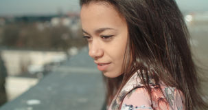 Stäng sig upp av den unga härliga kvinnan som tycker om tid på ett tak Royaltyfri Fotografi