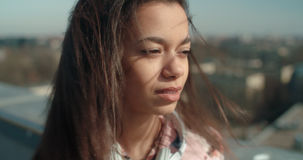 Stäng sig upp av den unga härliga kvinnan som tycker om tid på ett tak Royaltyfri Bild