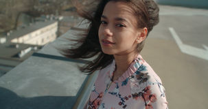Stäng sig upp av den unga härliga kvinnan som tycker om tid på ett tak Arkivfoton