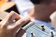 Stäng sig upp av den vänstra handen av en gitarrist som spelar ackord fotografering för bildbyråer