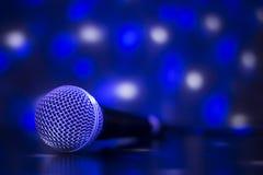 Stäng sig upp av den yrkesmässiga mikrofonen med blåa ljusa effekter - Co Royaltyfri Bild