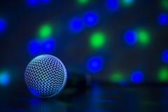 Stäng sig upp av den yrkesmässiga mikrofonen med färgrika ljus - conce Royaltyfri Fotografi