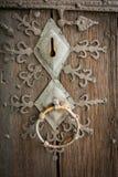 Stäng sig upp av det härliga gamla forntida låset med garnering för metallprydnaden arkivbilder