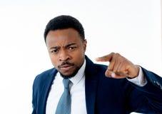 Stäng sig upp av det ilskna unga affärsmanframstickandet som anklagar, klandrar eller hotar anställd arkivfoton