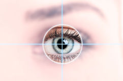 Stäng sig upp av det kvinnliga blåa ögat som avläs för tillträde royaltyfria bilder