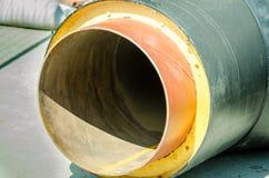 Stäng sig upp av det nya röret för kloak eller gas för vattenuppvärmning med isolering på rörledningrekonstruktionplatsen på gata Arkivfoton