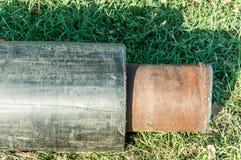 Stäng sig upp av det nya röret för vattenfjärrvärmekloak eller gas med isolering på rörledningrekonstruktionplatsen på gatan in arkivfoton