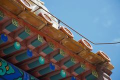Stäng sig upp av det traditionella kinesiska taket royaltyfria foton