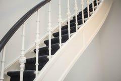 Stäng sig upp av detaljträtrappa i hem, lyxig antik trappa fotografering för bildbyråer