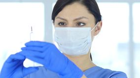 Stäng sig upp av doktor i hållande injektion för maskering, klart att injicera Royaltyfria Foton